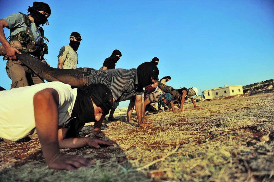 Eine Gruppe Dschihadisten trainiert im...n sunnitischen Gottesstaat errichten.   | Foto: AFP