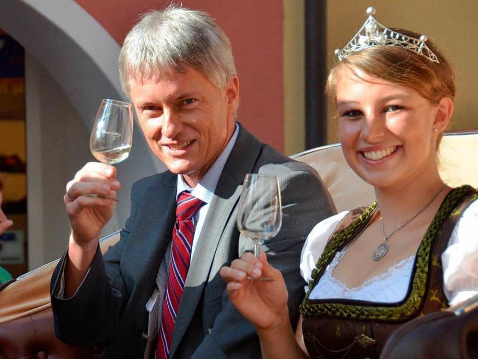Staufens Bürgermeister Benitz und die ...ge – Weinprinzessin Laura Kiefer  | Foto: Alexander Huber