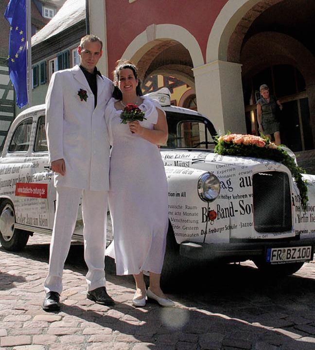 Ganz in Weiß und chauffiert vom weißen BZ-Taxi.    Foto: eri (Archiv)