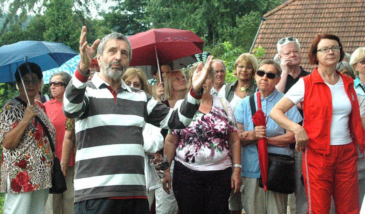 Von Werner Nuß ließen sich die Teilneh...enswertes zur Adelbergkirche erklären.    Foto: Leony Stabla