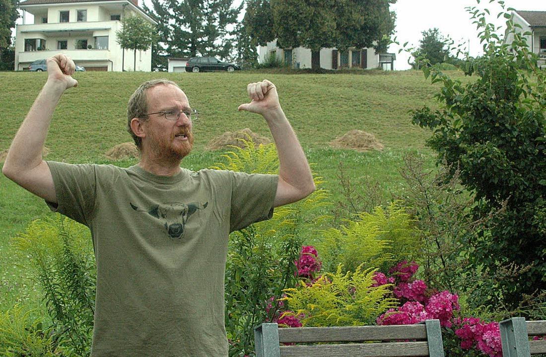 Biologe Thomas Schmidt erklärt die  Hangwiese.     Foto: Leony Stabla