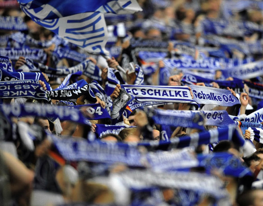 Auf Schalke und anderswo ist die Fußball-Begeisterung ungebrochen.  | Foto: dapd