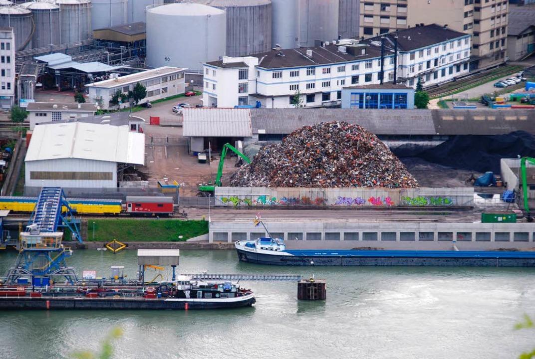 Vom Wasser auf die Schiene: Güterumschlag im Hafen Birsfelden   | Foto: dpa/Ralf Staub