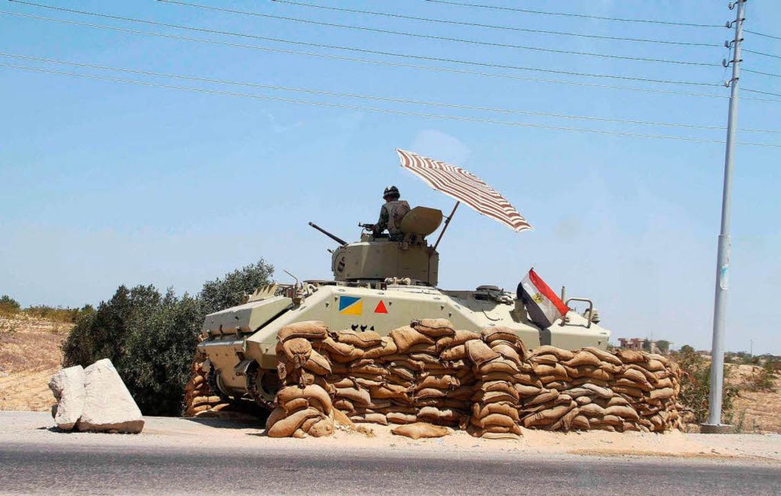 Ein ägyptischer Kontrollposten bewacht die Grenze zu Israel.     Foto: AFP