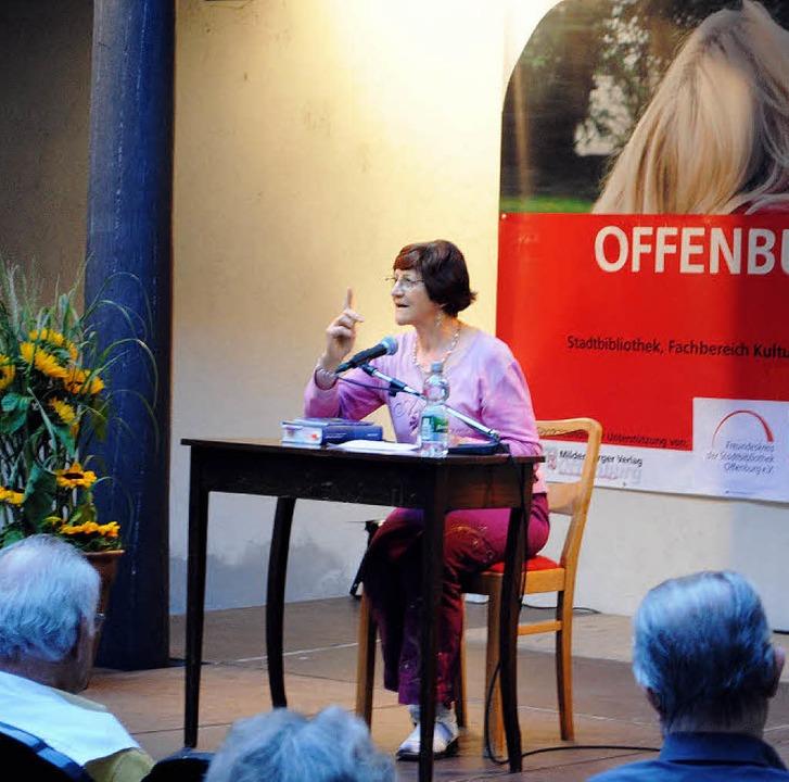 Lesesommer 2012: Gertrudis Weiß rezitiert auf Schwäbisch.   | Foto: Ullmann