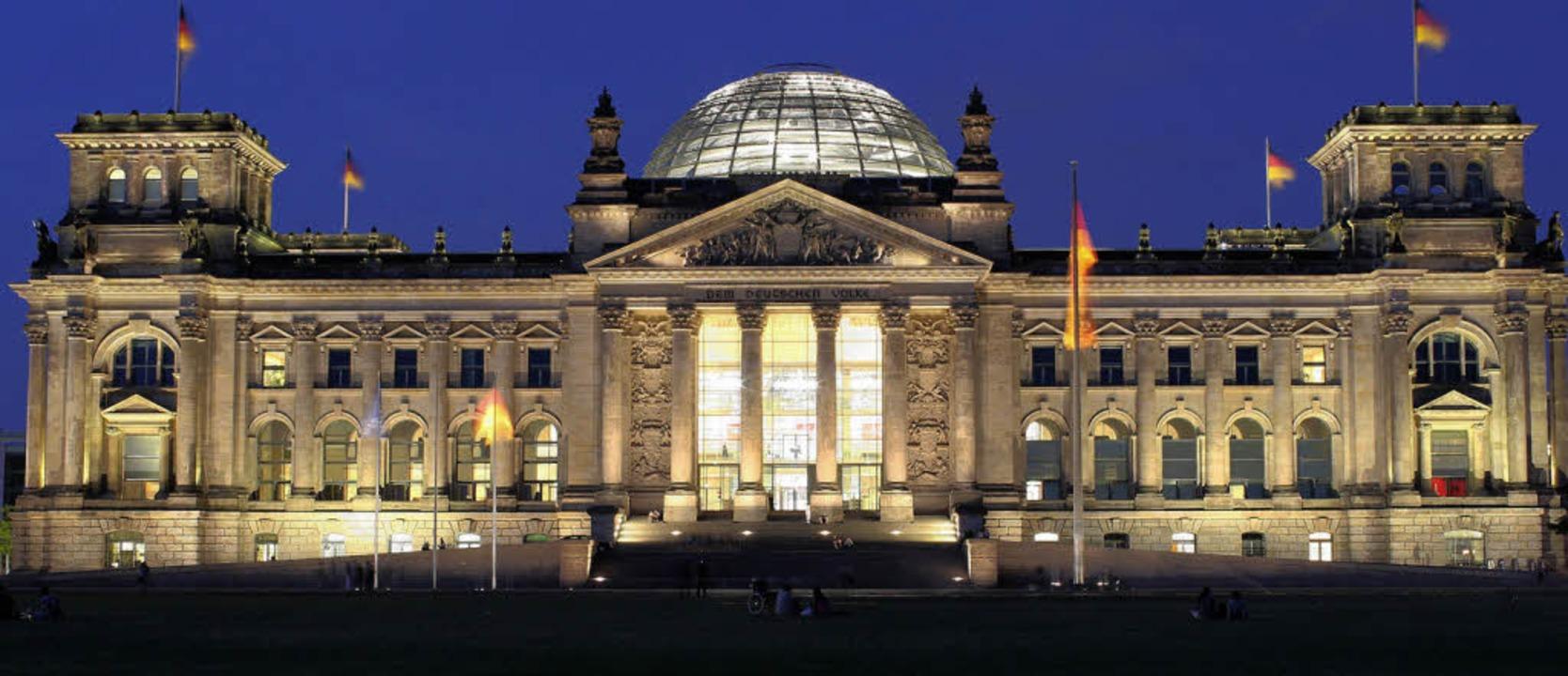 Das wiederaufgebaute Reichstagsgebäude... Norman Foster neu geschaffenen Kuppel  | Foto: dpa(Archiv