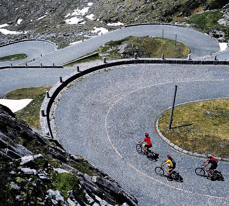 Kurvenreiche Abfahrt: auf der alten Gotthard-Passstraße    Foto: Swiss-Image