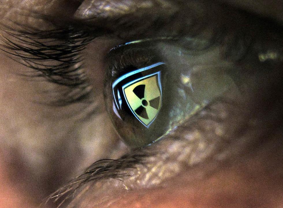Auge eines Mannes, der vor einem Compu... Logo für Radioaktivität in Kaufbeuren  | Foto: Verwendung weltweit, usage worldwide