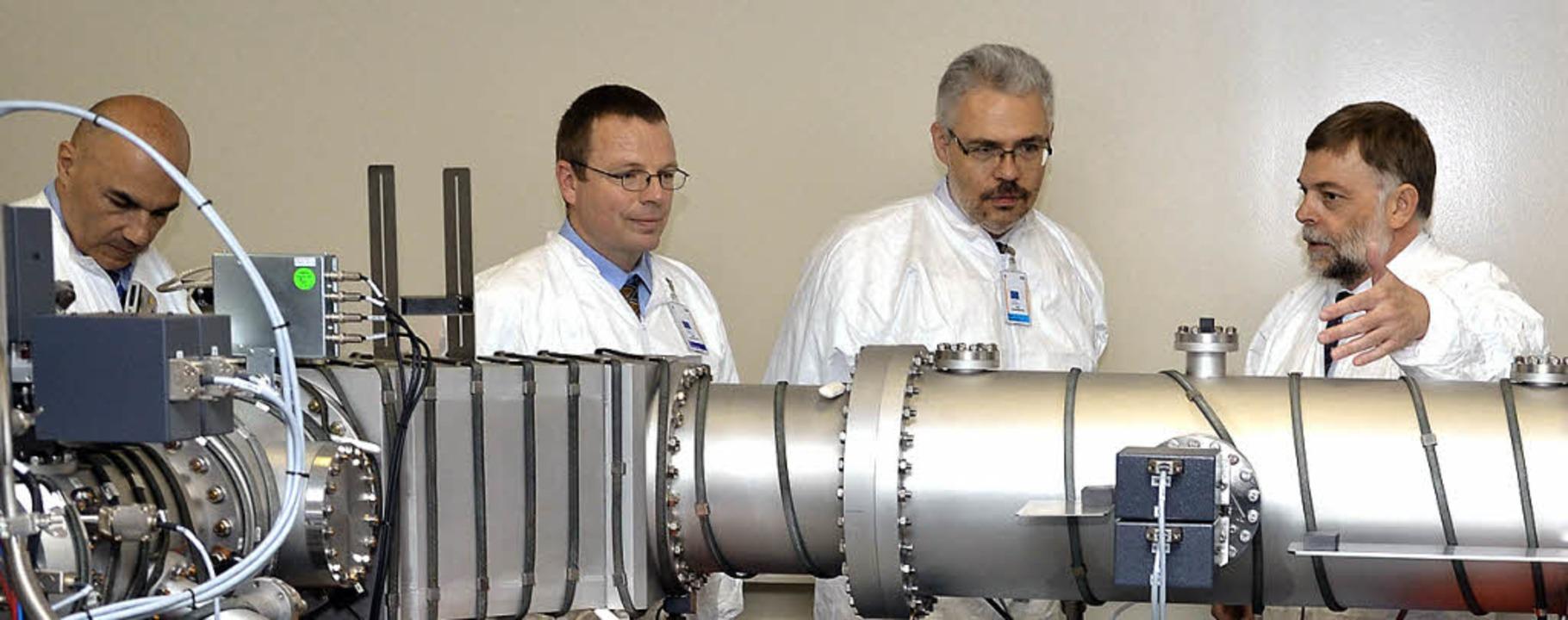 SIMS-Entwickler Magnus Hedberg (rechts) stellt  Kollegen das neue Gerät vor.   | Foto: Martin Schäfer