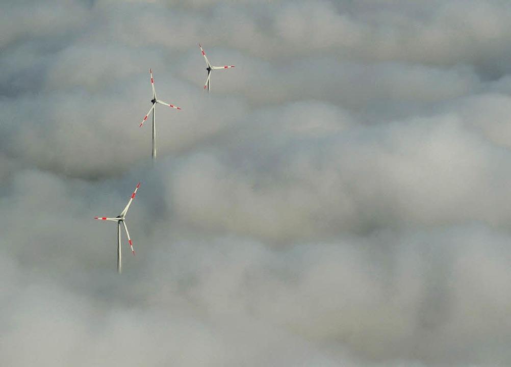 Windräder  im  Nebel   | Foto: dpa