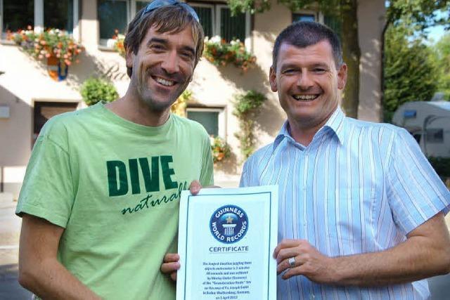 Linder aus Reute holt bei Gewerbeschau Weltrekord im Unterwasser-Jonglieren