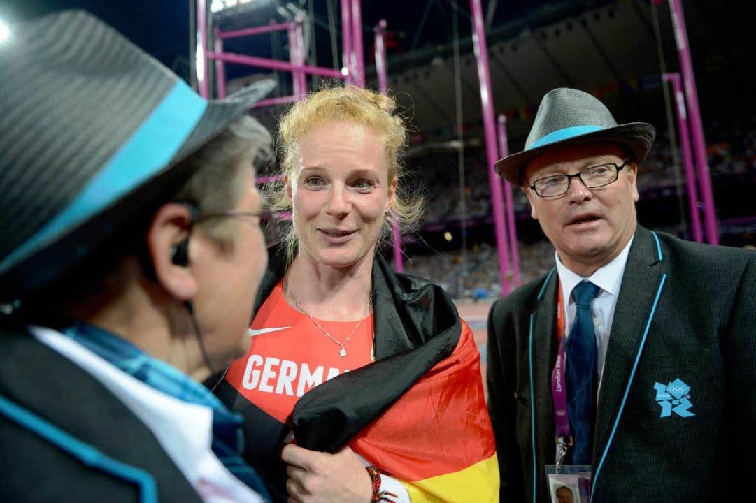 Mit den Kampfrichtern hatte sie so ein... Betty Heidlers Bronzemedaille sicher.  | Foto: AFP