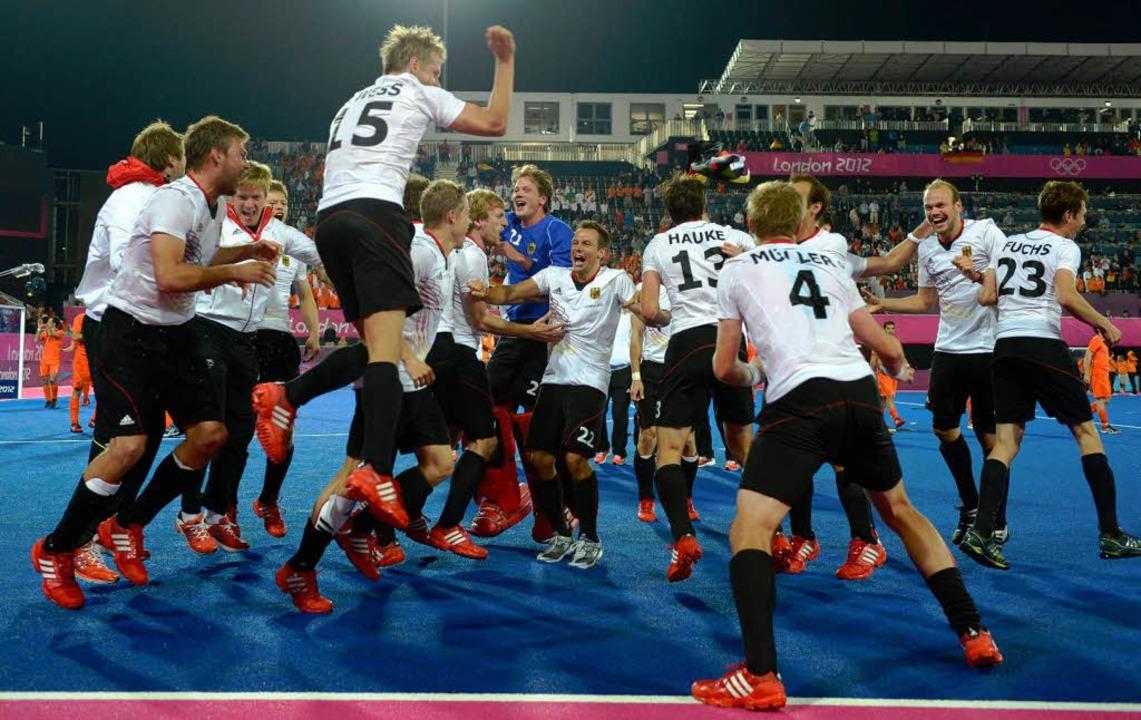 Die deutschen Hockey-Männer feierten a... ihren Gold-Sieg über die Niederlande.  | Foto: dapd