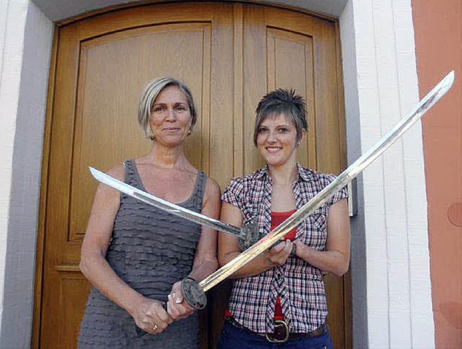 Scharfe Sachen halten Karin Bruder und...chwerter wurden im Dorfbach gefunden.   | Foto: gemeinde gottenheim