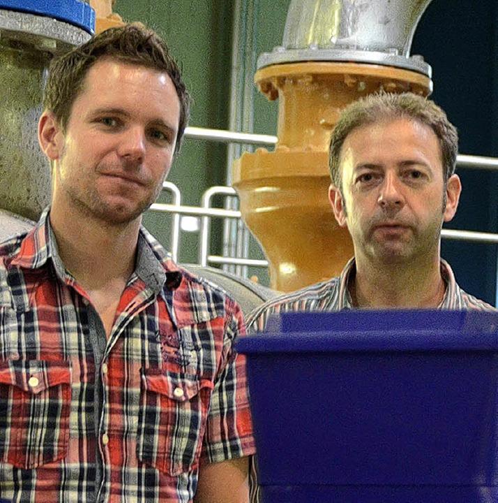 Bernd Schätzle (links) und Wassermeist...  von Badenova im Lörracher Wasserwerk  | Foto: Carlotta Gühne