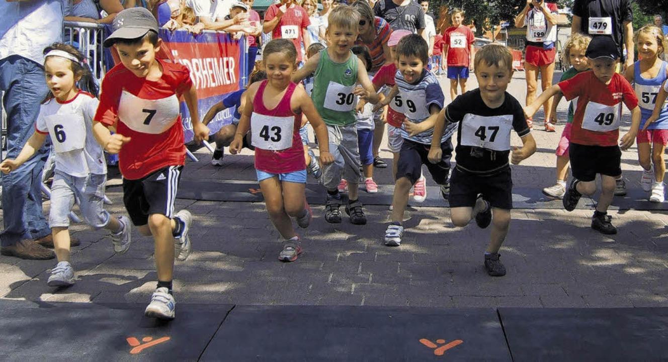 Kinder laufen für Kinder: Auch die Kle...uf an den Start und gaben ihr Bestes.   | Foto: Limberger
