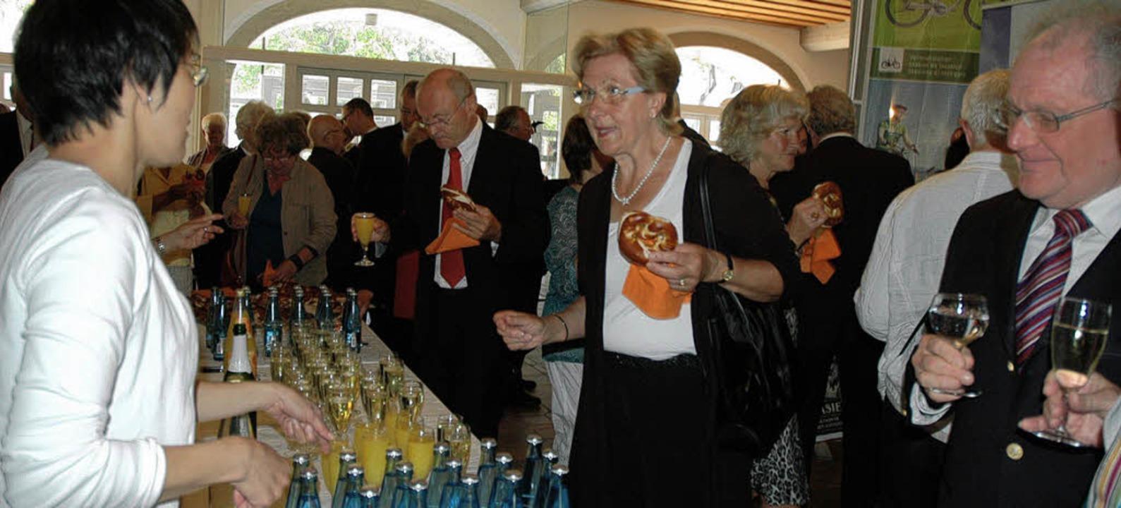 Nach der Feier lud die  Sparkasse zum ...m den St. Blasier Ehrenbürger drehte.   | Foto: Christiane Sahli