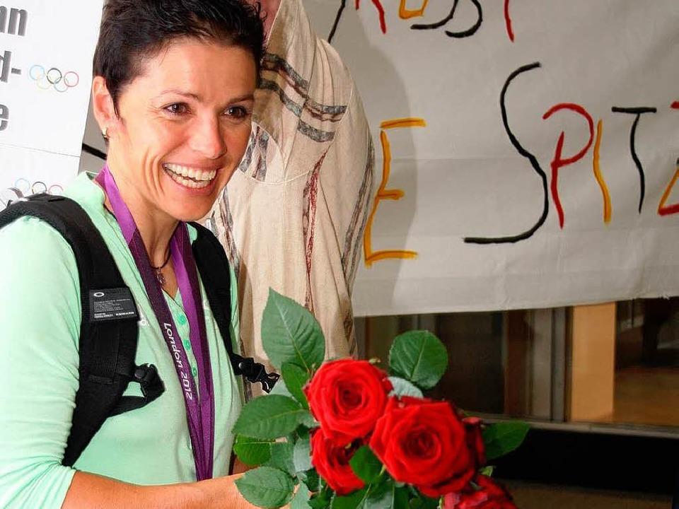 So strahlt eine Siegerin! Frisch dem F...b's rote Rosen für Sabine Spitz.  | Foto: Katja Mielcarek