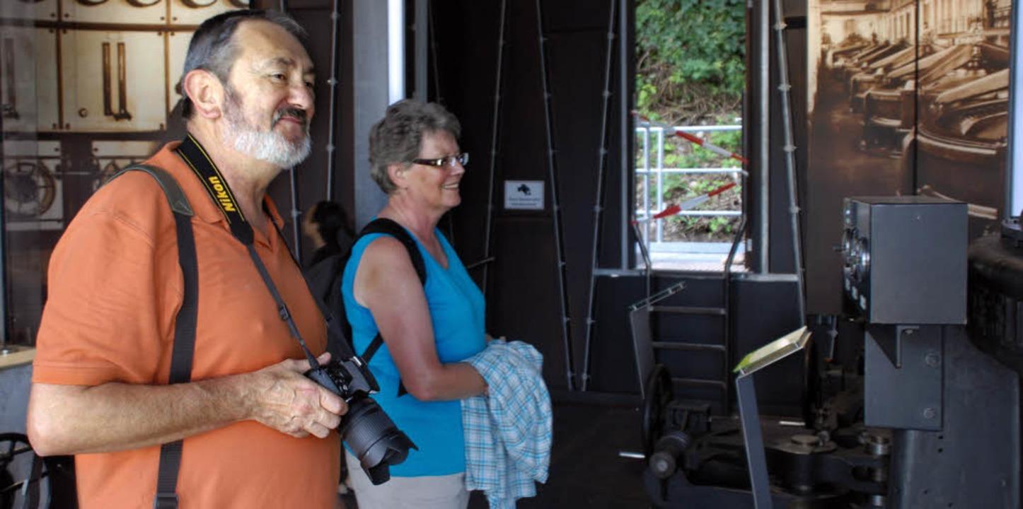 Mit großer Kamera: Interessiert betrac...Besucher die 100 Jahre alten Exponate   | Foto: Jannik Schall