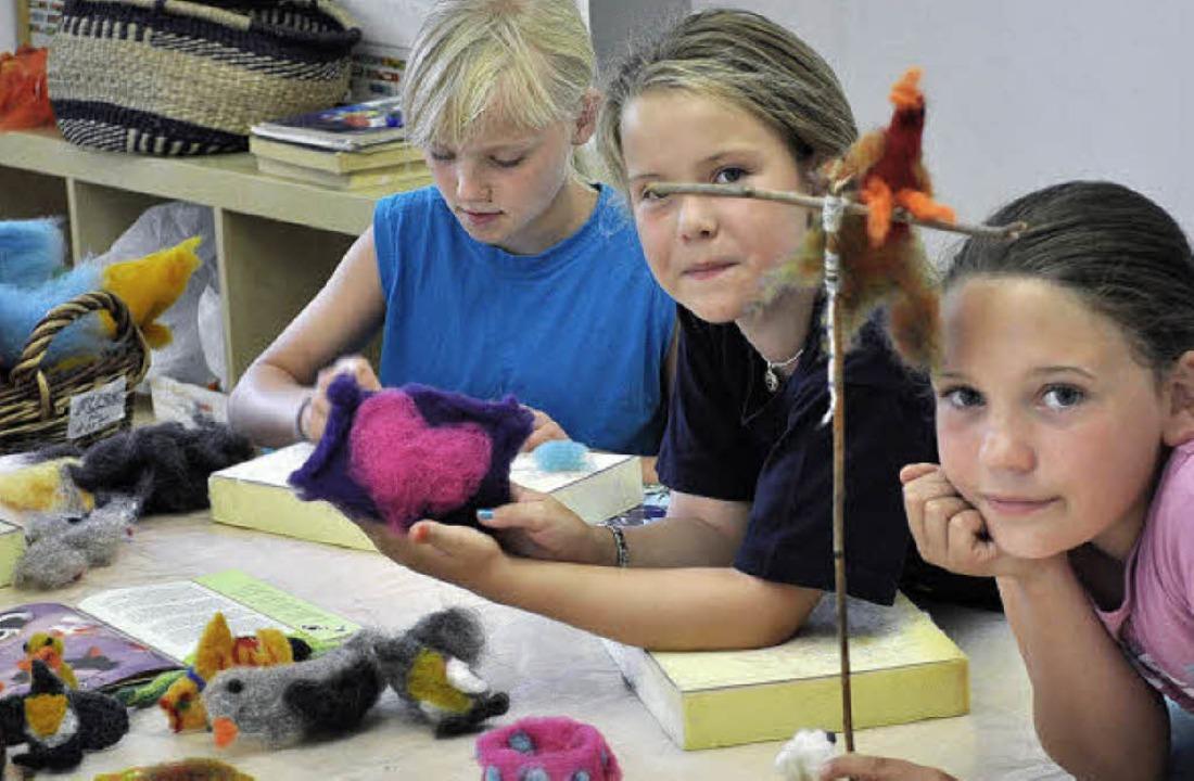 Ferien kreativ – diese Mädchen schaffen allerlei aus Filz.  | Foto: Niels Gehrig