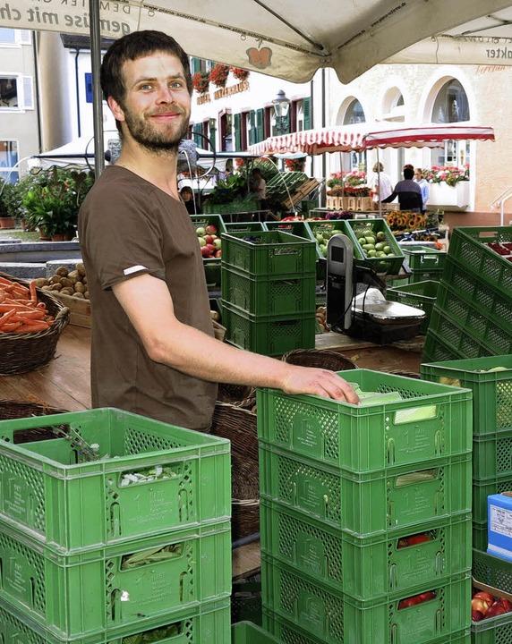 Max Ahlert  füllt die Körbe der Gemüseauslage.   | Foto: Dorothee Philipp