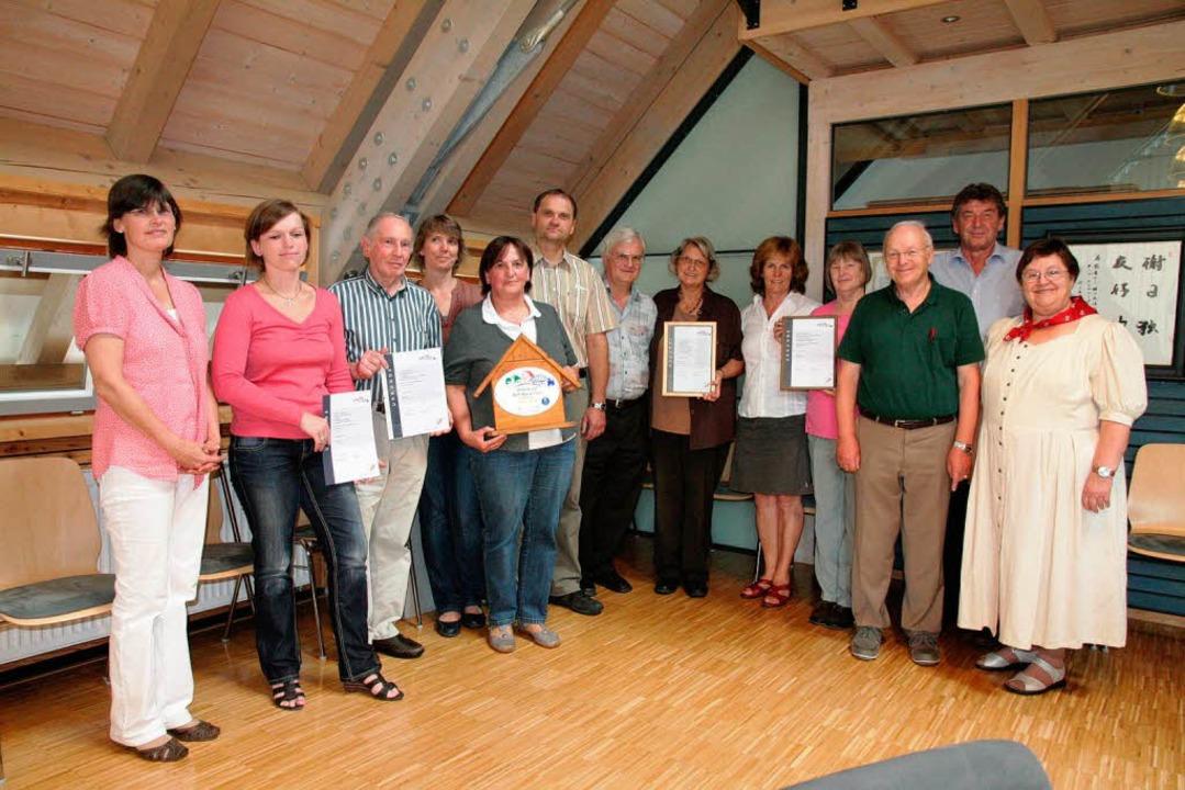 Elf Vermieter ließen ihre Ferienwohnun...Rathaus wurden die Urkunden übergeben.    Foto: Birgit Rüde