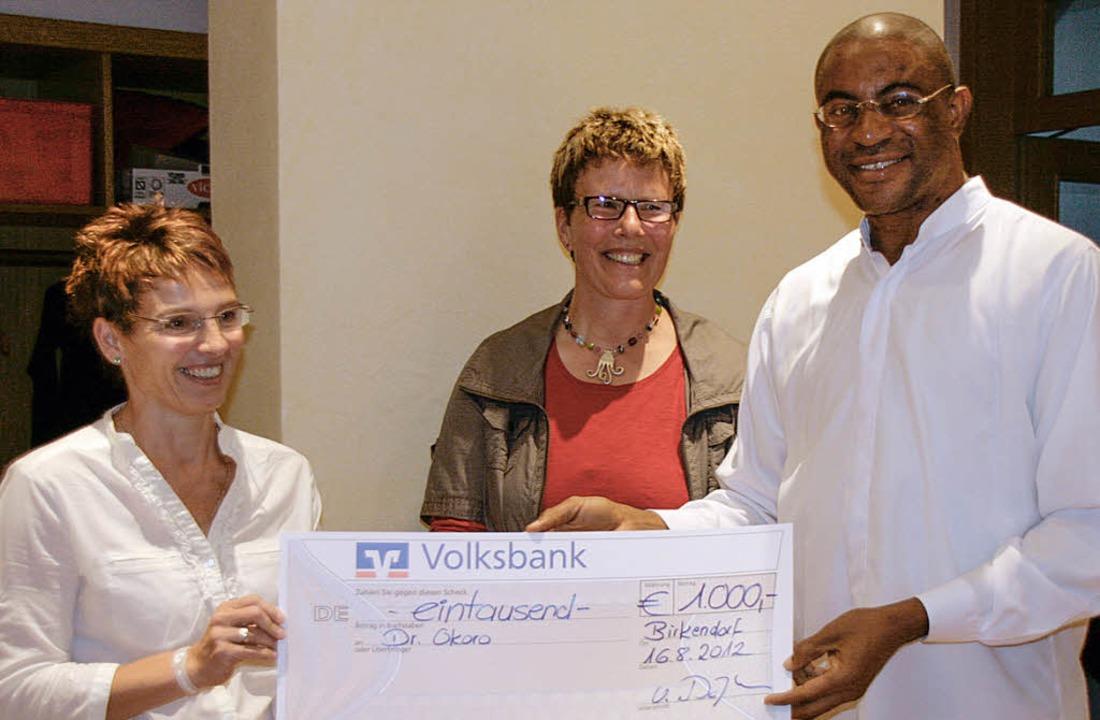 Kirsten Dörflinger (links) und Ute Bla...0 Euro für seine Projekte in Nigeria.   | Foto: cs