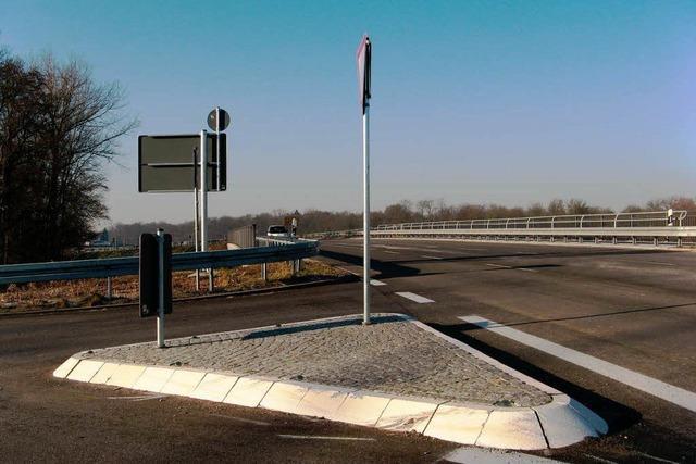 Schwerer Unfall an B 31-Brücke
