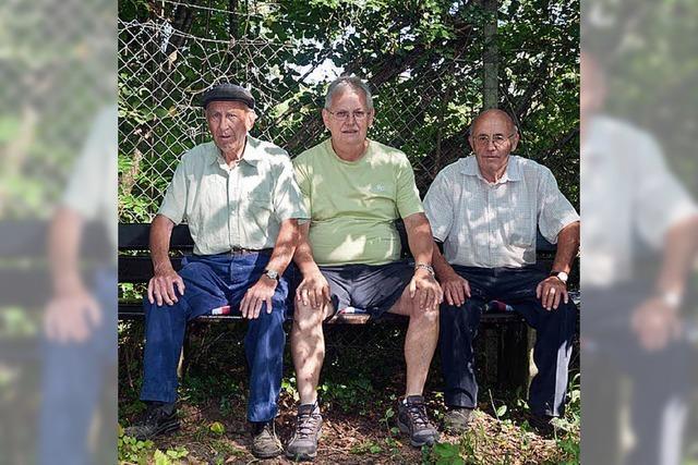 Rentner richten Sitzbänke her