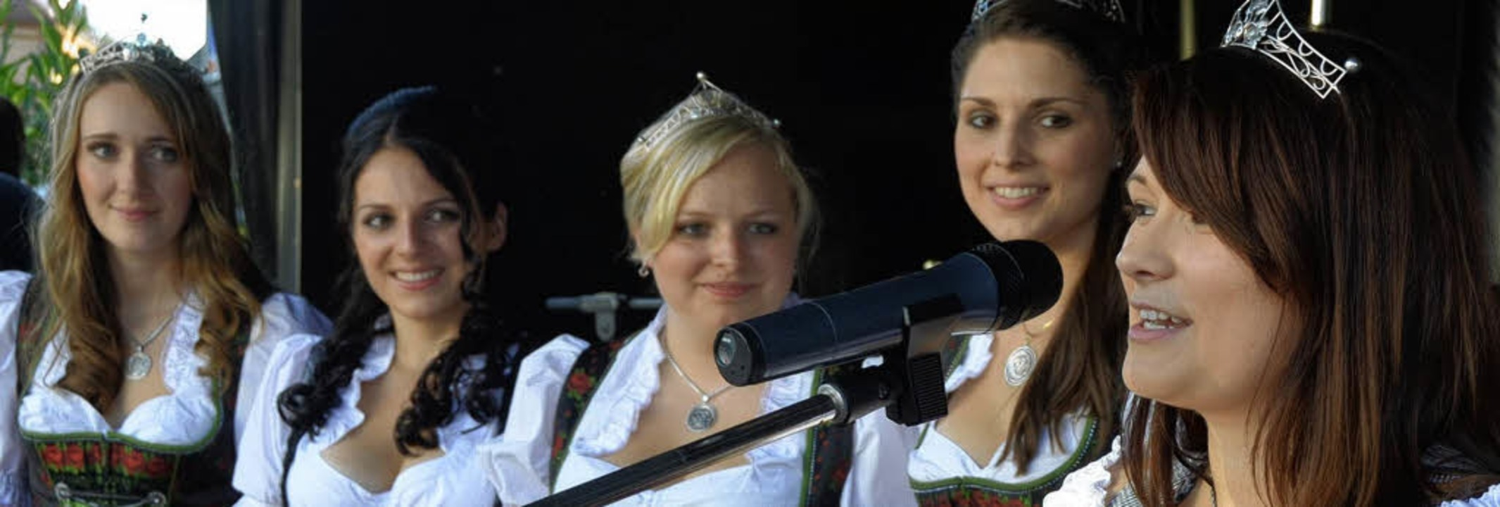 Weinhoheiten auf der Bühne (von rechts...d Daniela Sättele (Reichenau/Bodensee)  | Foto: Hans-Jürgen Truöl