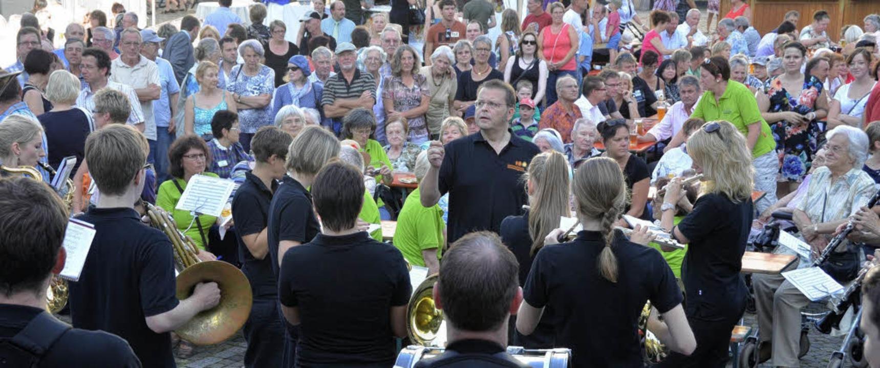Die Stadtmusik bei der Weinfesteröffnung auf dem Marktplatz  | Foto: hans-jürgen truöl