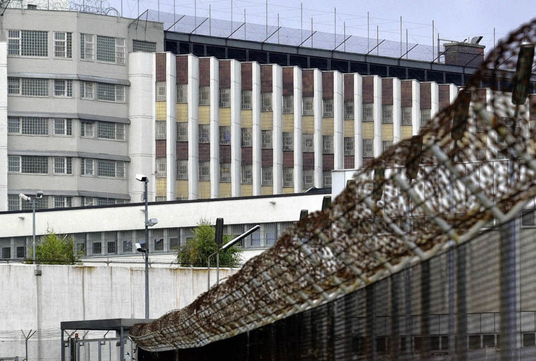 Das Hauptgebäude der Stammheimer JVA, der Bau 1, soll bald abgebrochen werden.   | Foto: dpa