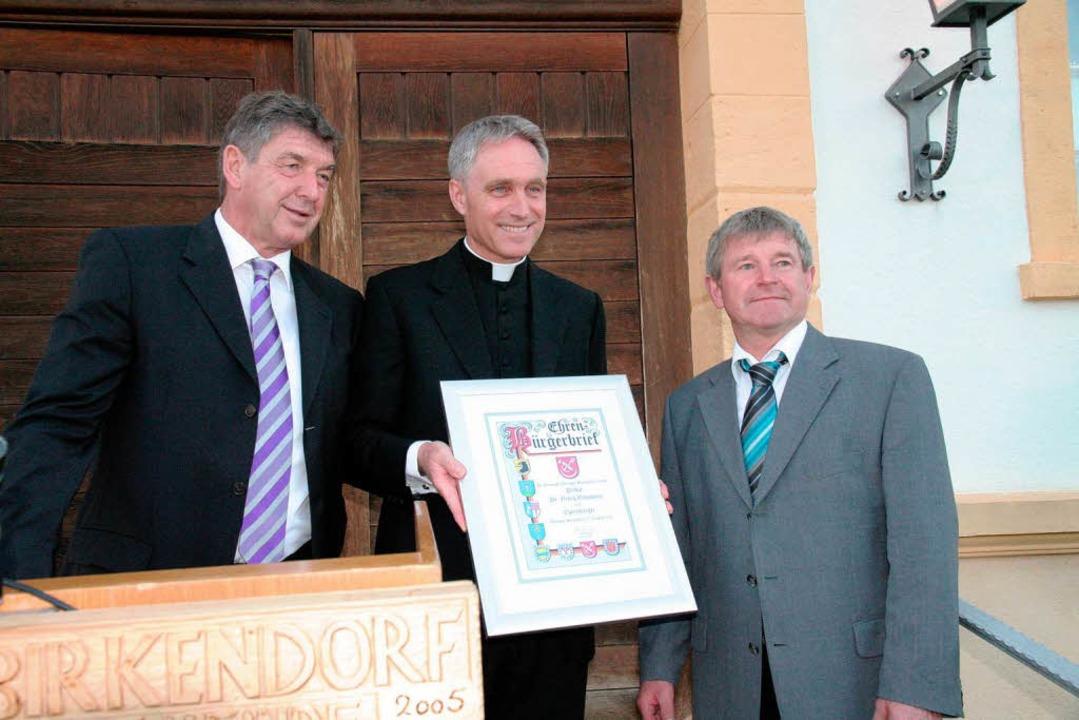 Monsignore Georg Gänswein ist Ehrenbür...rsteher Albert Baumeister gratulierte.  | Foto: Birgit Rüde