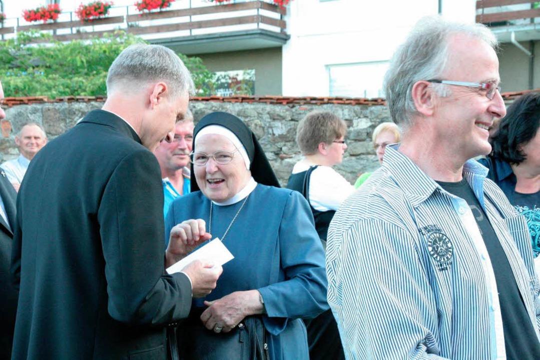 Gratulation auch von  dieser Ordensfrau aus der Gemeinde  | Foto: Birgit Rüde