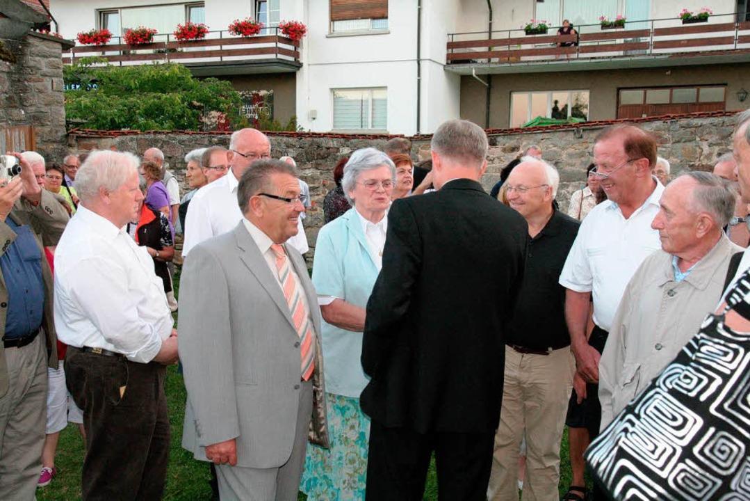 Gratulationen und Händeschütteln von allen Seiten  | Foto: Birgit Rüde