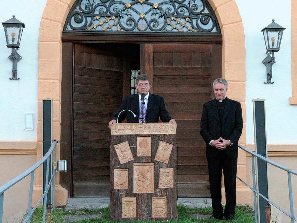 Vor der Kulisse des ehrwürdigen ehemaligen Augustinerklosters in Riedern am Wald  | Foto: Birgit Rüde