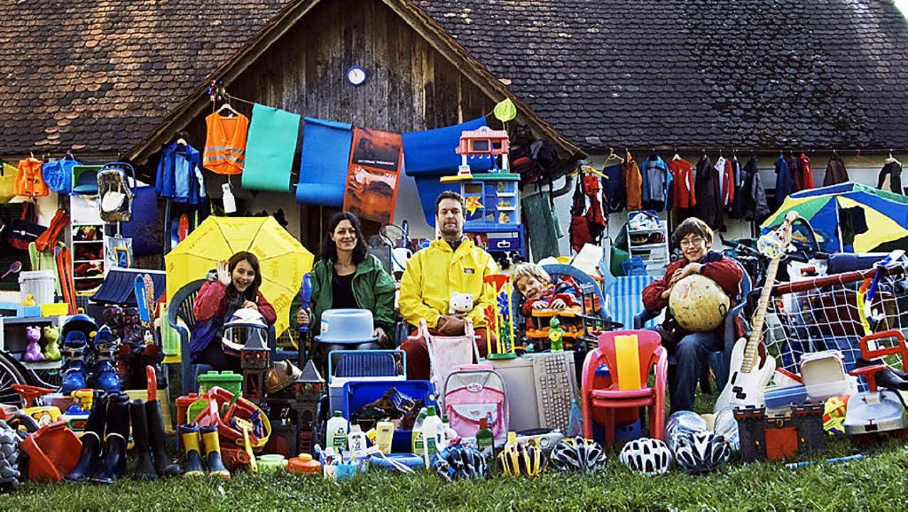 Die Krautwaschls mit den Gegenständen aus Plastik, die sie aussortiert haben.     Foto: Privat
