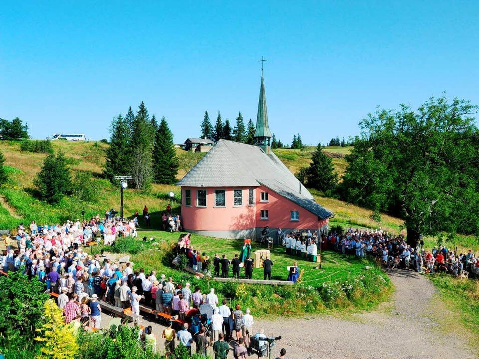 Trotz großer Hitze besuchten etwa 300 Gläubige den Gottesdienst auf dem Kandel.  | Foto: Horst Dauenhauer