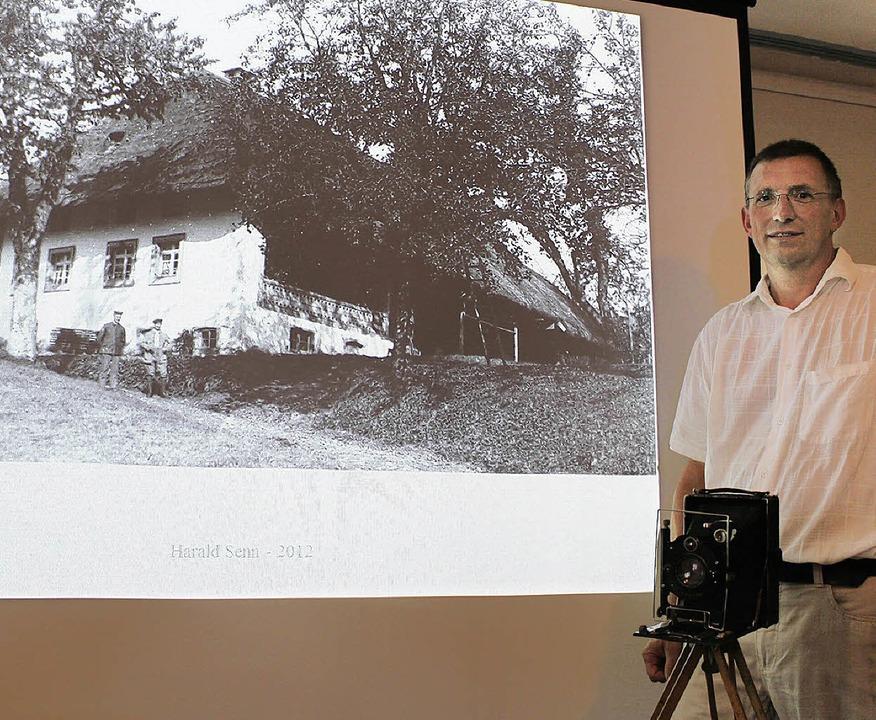 Harald Senn stellte  200 Fotografien s...ild dessen Bürchauer Elternhaus) vor.   | Foto: Hermann Jacob