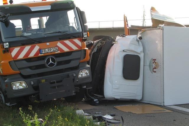 A5: Laster fährt auf Mähgerät und kippt um – r Rückstau