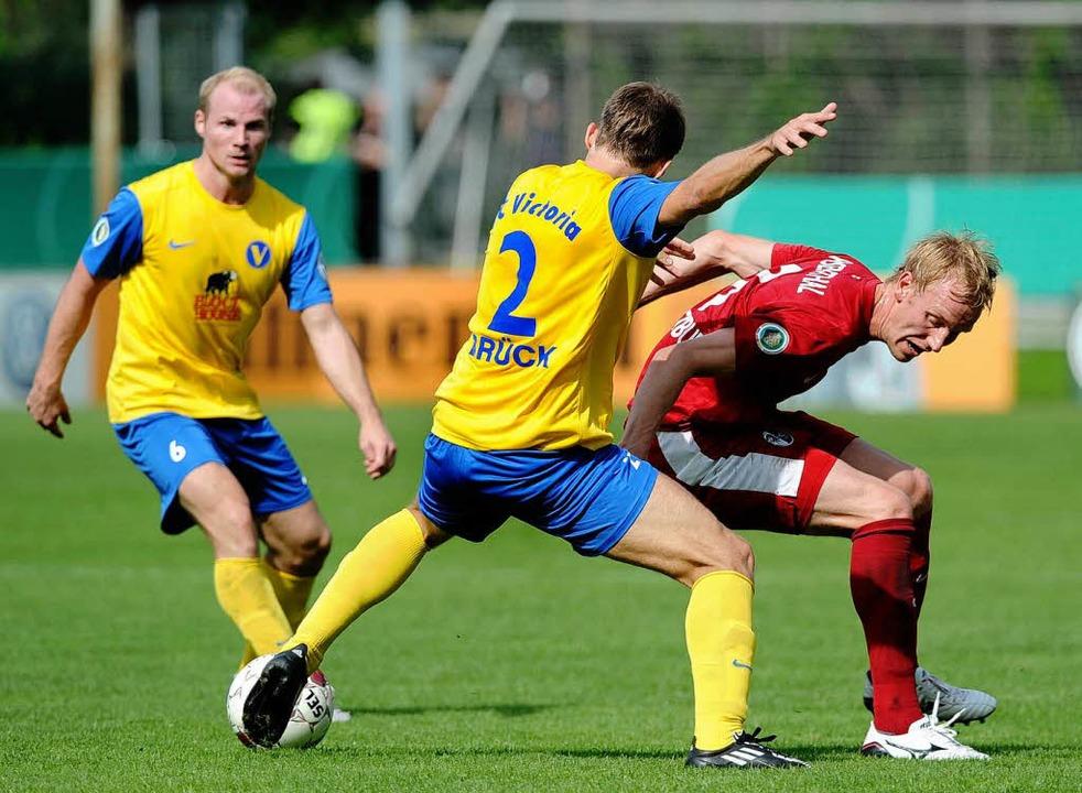 Jan Rosenthal verletzte sich beim Poka...gegen den Sport Club Victoria Hamburg.  | Foto: dpa