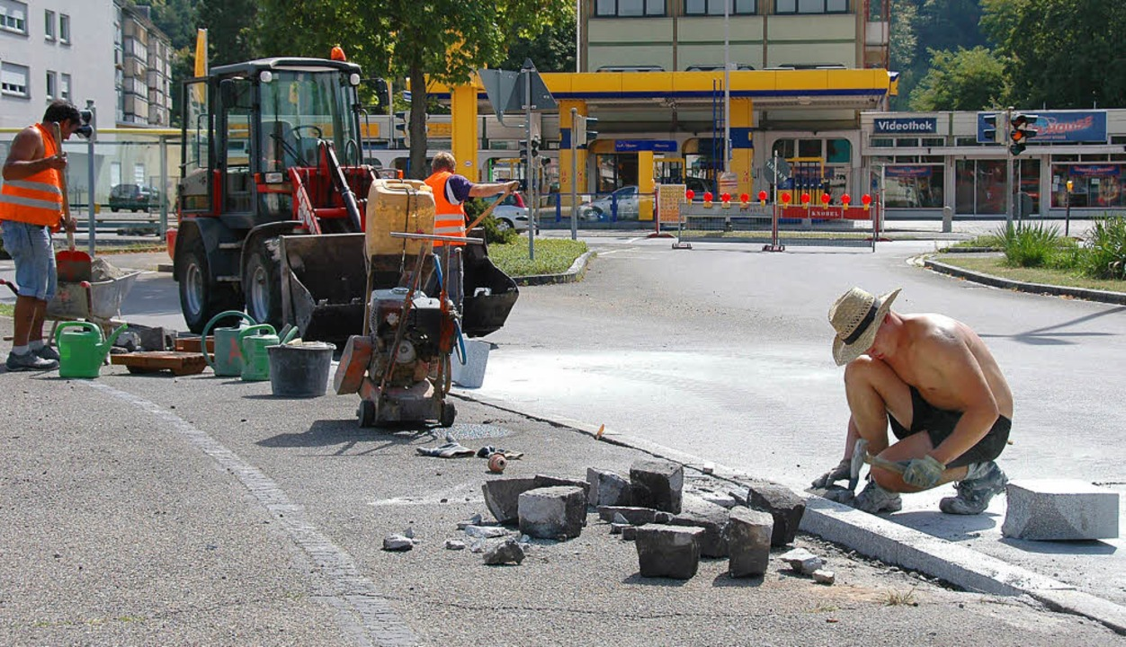 Die Einmündung Schwarzwald-/Brombacher...aße wird der Verkehr vorbei geleitet.   | Foto: Nikolaus Trenz
