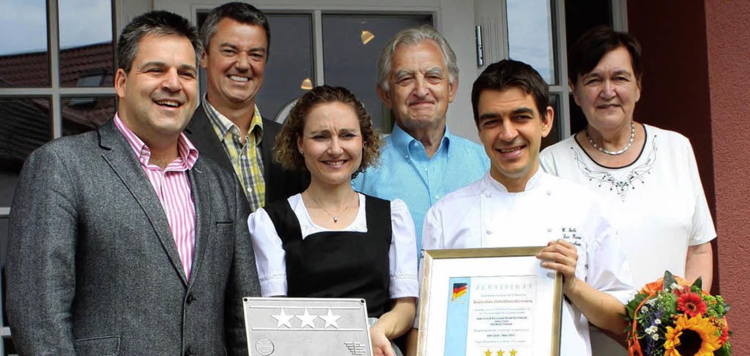 Freuen sich über drei  Sterne:  Dehoga..., Heiko und Ursula Isele (von links).   | Foto: Mario Schöneberg