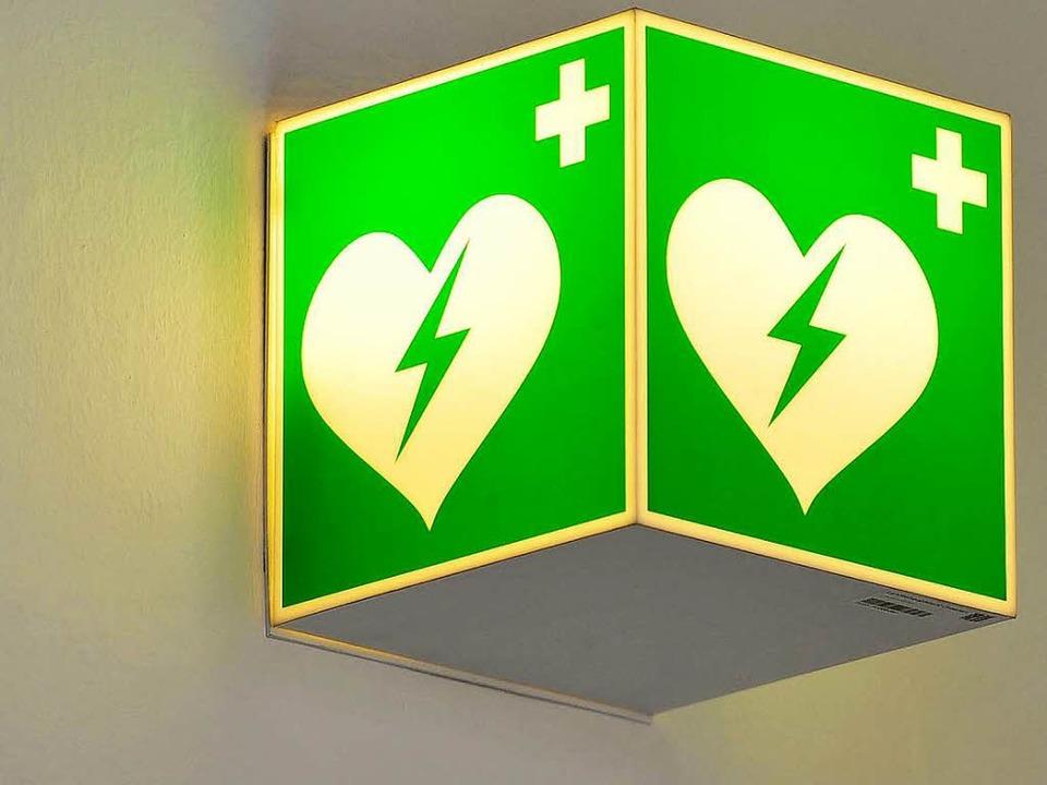 Hinweisschild auf einen automatisierten externen Defibrillator     Foto: dapd