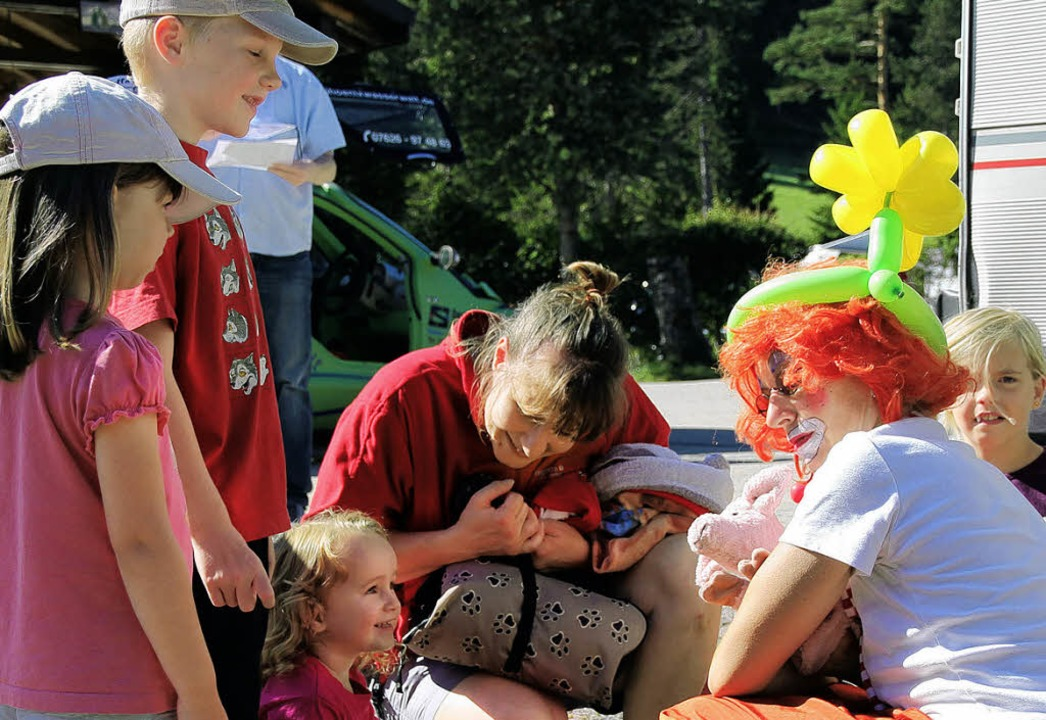 Wer bist du?  Der rosarote Hund von Clownin Monika entzückte die Kinder.  | Foto: Eva Korinth, akh