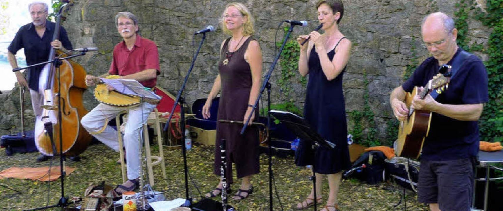 Sie verstehen es, den Bongo-Rhythmus a...r, Sybille Hassler und Franz Schwörer.  | Foto: Karlernst Lauffer
