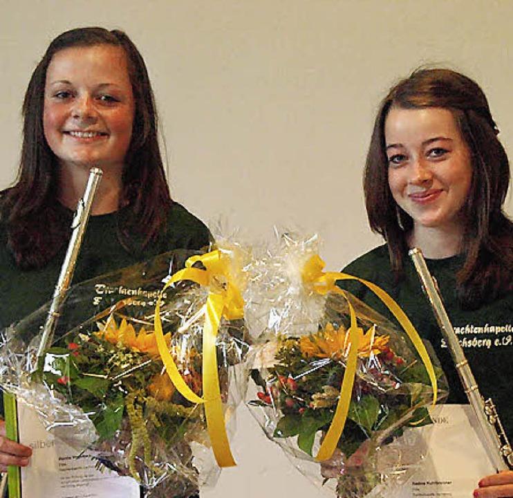 Hanna Vogelbacher (links) und Nadine K...bad das Silberne Leistungsabzeichen ab  | Foto: Karin Stöckl-Steinebrunner