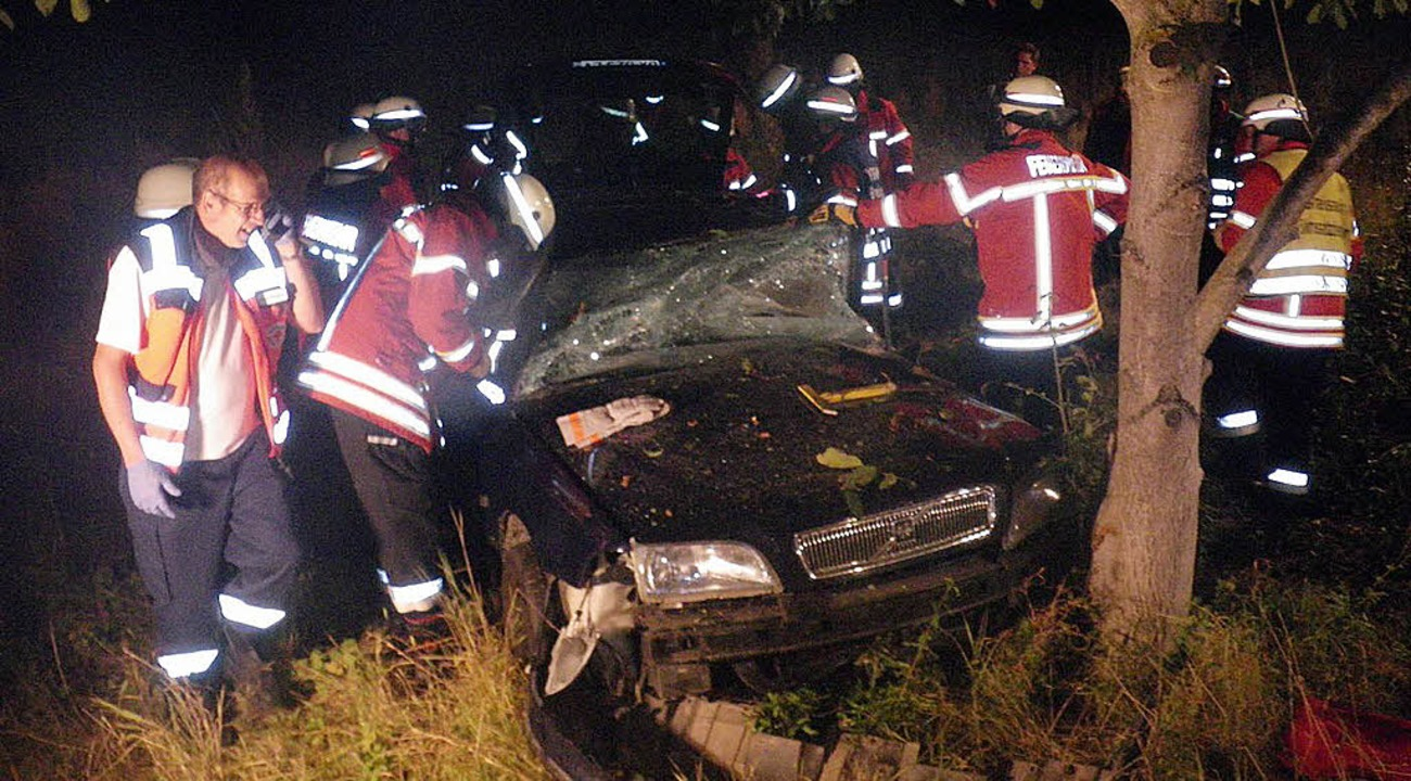 Mitglieder der Breisacher Feuerwehr be...  einen Autofahrer   aus seinem Wagen.  | Foto: feuerwehr breisach