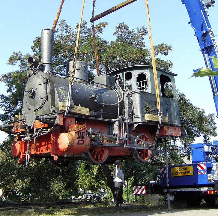 Lok im Schwebezustand: Der Abtransport...forderte einigen logistischen Aufwand.  | Foto: Susanne Müller