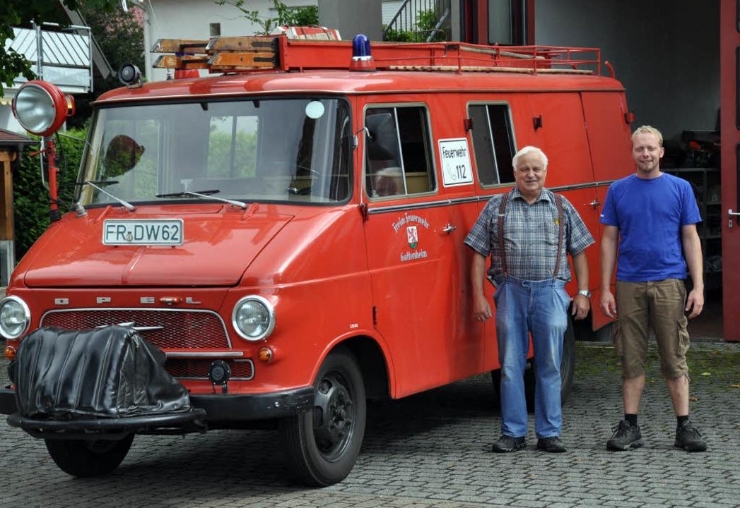 Ehrenkommandant Huber Maurer und  Komm... sind stolz auf den alten Opel Blitz.   | Foto: Steckmeister
